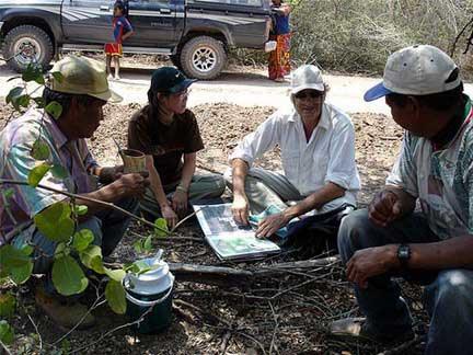 Monitoreo en terreno: Recorridos de monitoreo en las áreas utilizadas por los grupos sin contacto, en estrecha coordinación y cooperación con la UNAP y los expertos-ancianos Ayoreo fuera del monte.