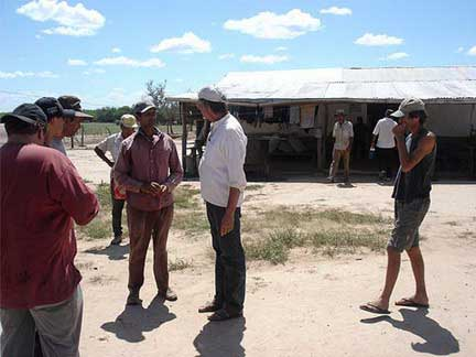 Construcción del enlace permanente con la red de informantes locales, Ayoreo y no- indígenas, con el fin de captar informaciones sobre los grupos del monte.