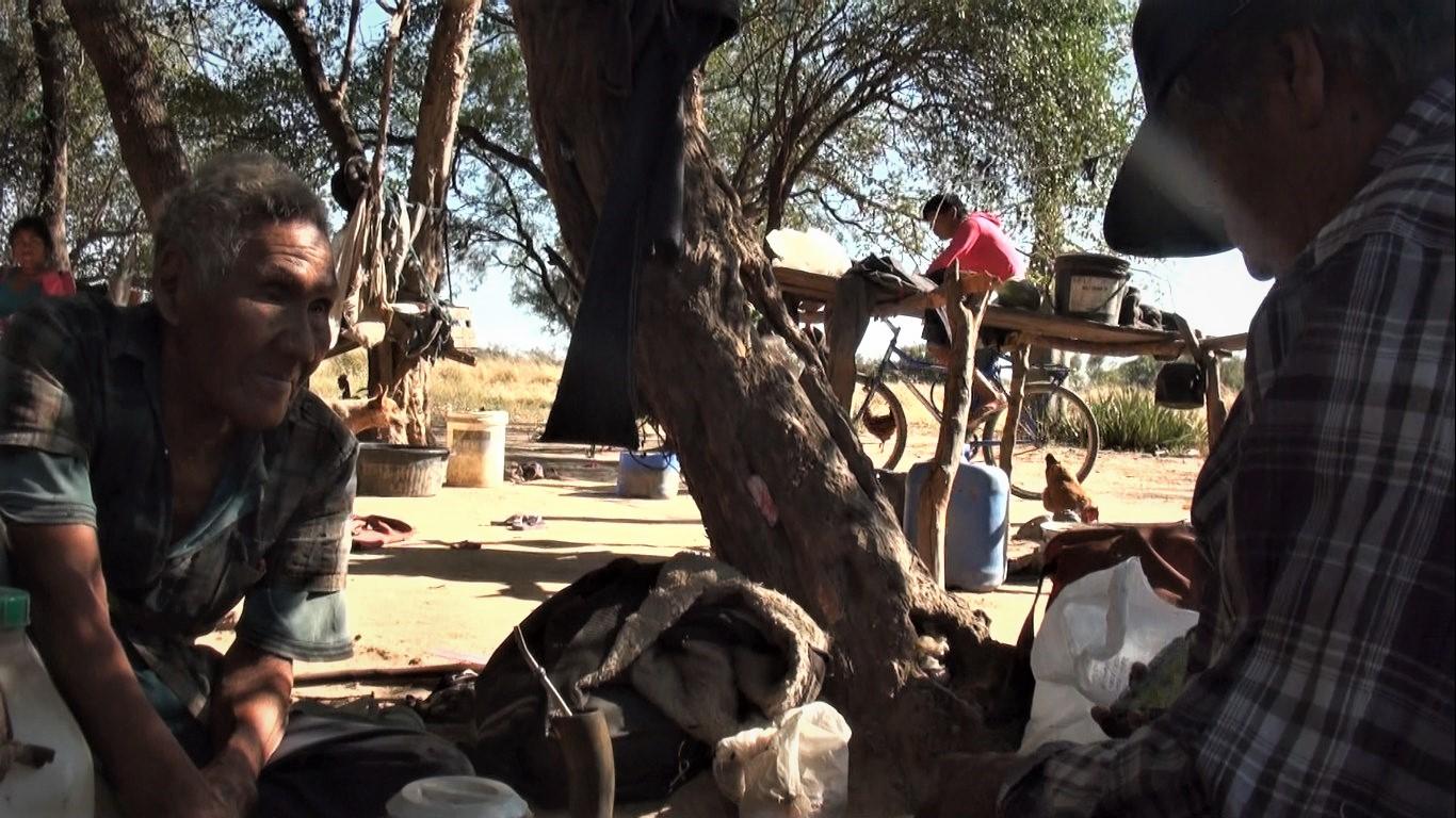 Mateo prepara su filmadora ante la atenta mirada del anciano Ei Posorojai, uno de los últimos sobrevivientes del grupo Ayoreo Ducodegosode, sacado de su territorio en 1966. La conversación entre ambos fue en una mañana de julio de 2019.